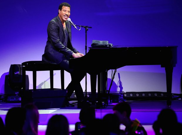 Lionel Richie Plays Live